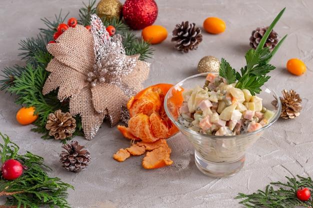 Salada tradicional de ano novo russo olivier servindo salada de natal em um fundo de concreto