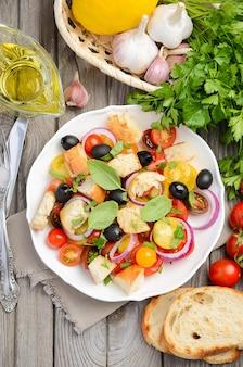 Salada tradicional de panzanella do italiano com tomates frescos e pão friável.