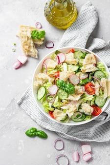 Salada tradicional do oriente médio com pita tostada e legumes