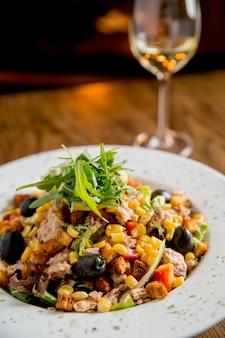 Salada tun com azeitonas, milho e rúcula