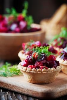 Salada vegan russa tradicional com batata e beterraba