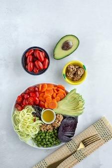 Salada vegana crua com legumes variados