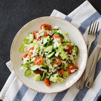Salada vegetal saudável de legumes frescos. menu de dieta para o almoço.