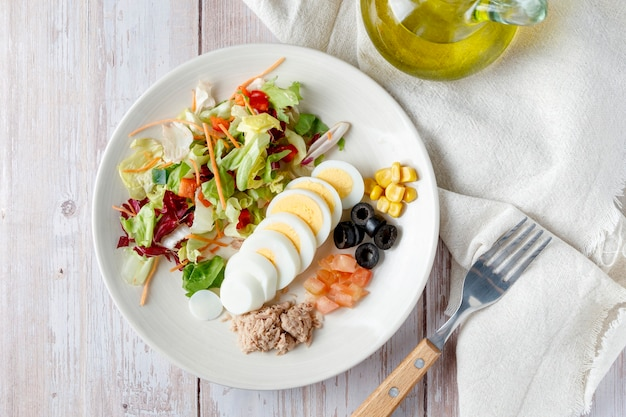 Salada vegetariana com azeite e ovo