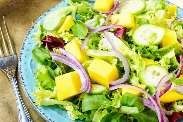 Salada vegetariana com legumes e manga