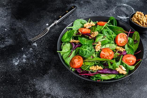 Salada vegetariana com mistura de folhas de mangold, acelga, espinafre, rúcula e nozes em uma saladeira