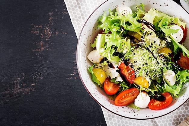 Salada vegetariana com tomate cereja, mussarela e alface.