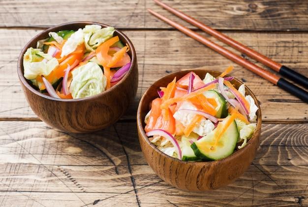 Salada vegetariana de legumes frescos crus em um prato