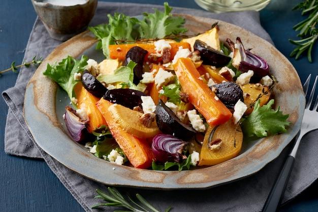 Salada vegetariana de queijo de ovelha, legumes assados, cetogênicos