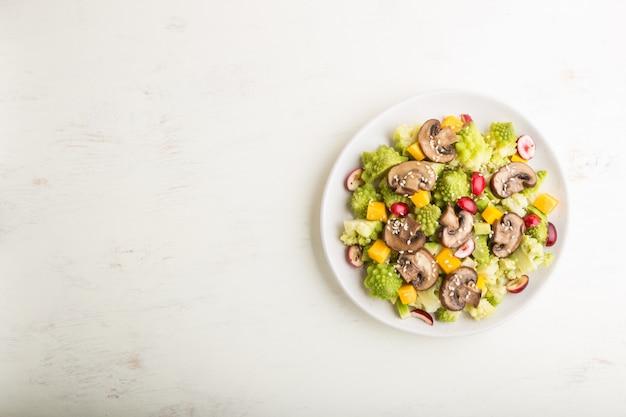 Salada vegetariana de repolho romanesco, champignon, cranberry, abacate e abóbora. vista superior, copyspace.