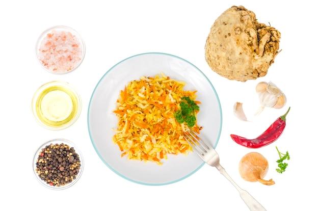 Salada vegetariana dietética com raiz de aipo