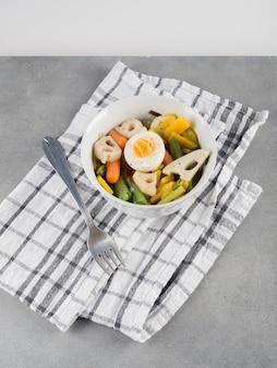 Salada vegetariana em tigela com garfo