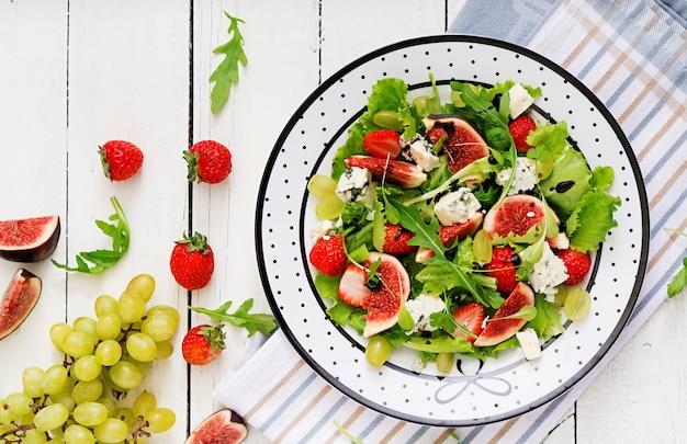 Salada vegetariana fácil com figos, morangos, uvas, queijo azul e alface. .