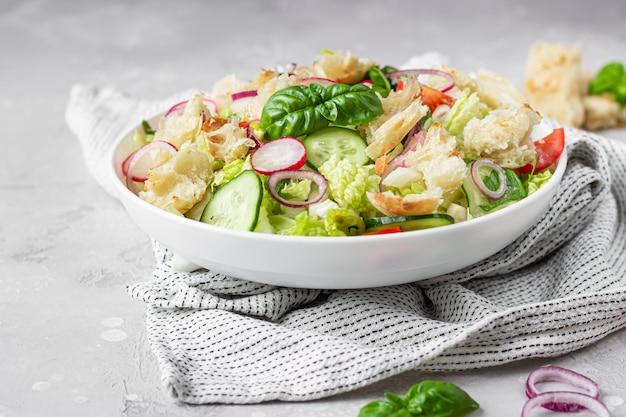 Salada vegetariana fattoush. cozinha libanesa.