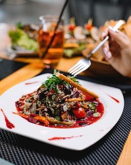 Salada vegetariana feijão alface pimentão salsa tomate gergelim vista lateral