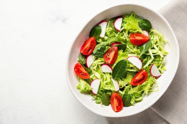 Salada vegetariana fresca. alimentação saudável, almoço de dieta. vista superior em um fundo branco.