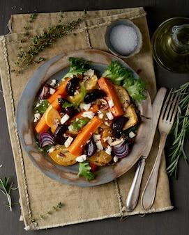 Salada vegetariana queijo de ovelha, legumes assados, dieta cetogênica.
