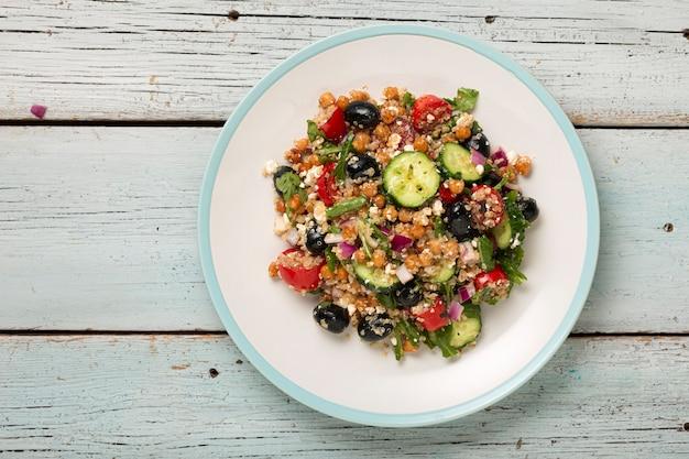 Salada vegetariana quinoa, tomate, pepino, grão de bico, azeitonas, ervas, queijo cottage