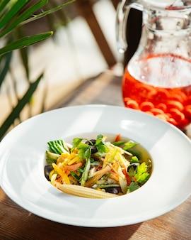 Salada verde alface calos pimentão salsa vista lateral