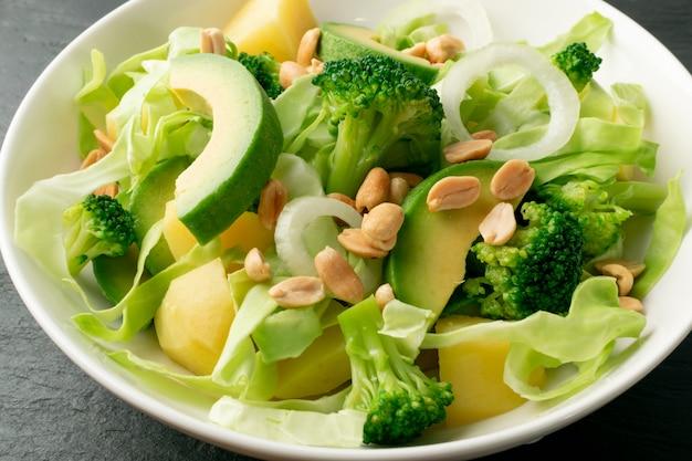 Salada verde com abacate e legumes