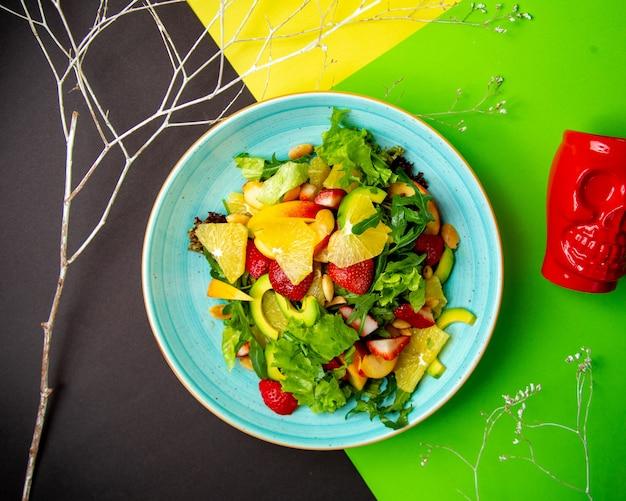 Salada verde com alface abacate laranja morango pêssego