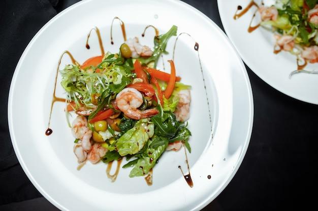 Salada verde com camarão. refeição saudável de frutos do mar.