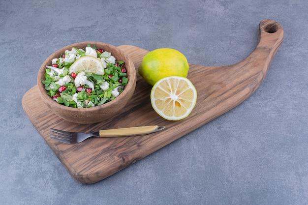Salada verde com couve-flor e sementes de romã