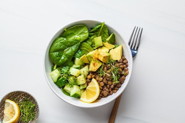 Salada verde com espinafre, lentilhas, abacate e pepino.
