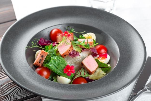 Salada verde com fatias de cubo de presunto