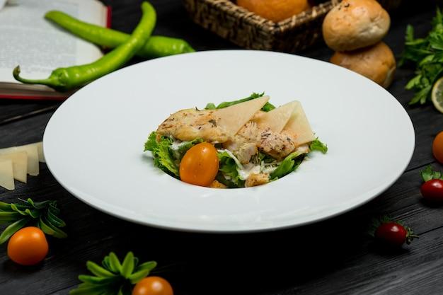 Salada verde com macarrão, parmesão picado e frutas.