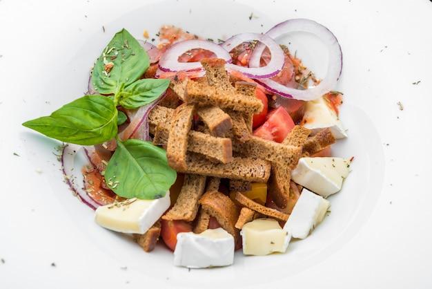 Salada verde com páprica, tomate, queijo e farinha de rosca