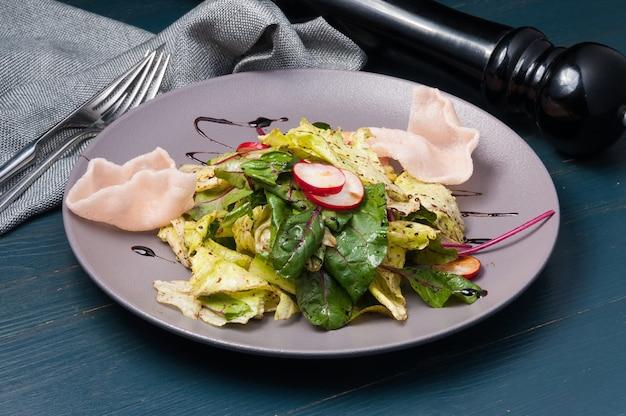 Salada verde com rabanete e batata frita de camarão