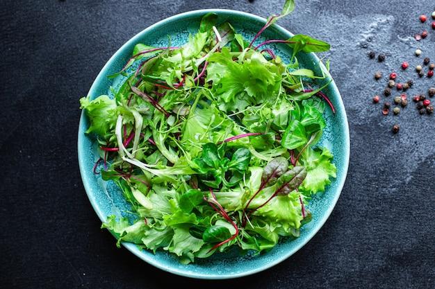 Salada verde de alface com um lanche de microgreen suculento refeição saudável