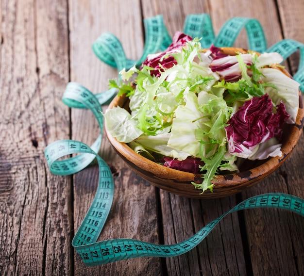 Salada verde de verão em uma tigela de madeira.