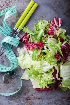 Salada verde do verão alimento saudável.