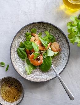 Salada verde fresca com folhas de camarão frito e limão close-up do prato com vista superior do espaço de cópia