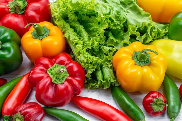 Salada verde fresca junto com pimentões coloridos e pimentas picantes composição comida vegetal ingrediente de salada de carne