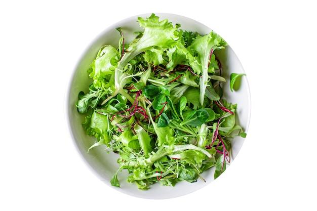 Salada verde fresca mistura de alface com microgreens suculento lanche pronto para comer dieta keto ou paleo