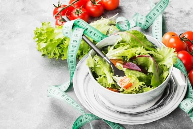 Salada verde mista e tomate cereja em uma tigela