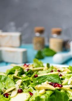 Salada verde orgânica de close-up com fundo desfocado