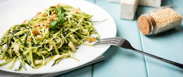Salada verde saudável de vista alta e sementes esmagadas em frascos