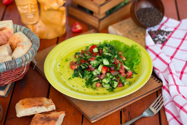 Salada verde vegetal, salati choban na placa verde.