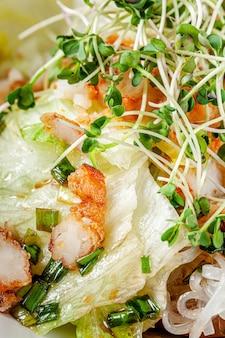 Salada vietnamita de macarrão de arroz