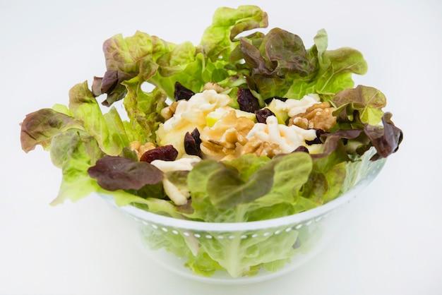 Salada waldorf de maçã, passas de nozes, alface e maionese