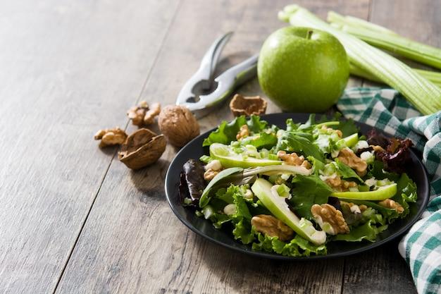 Salada waldorf fresca com alface e maçãs verdes