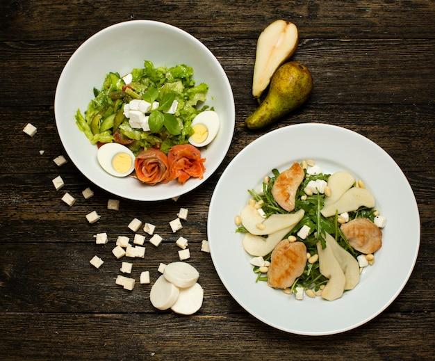 Saladas de ervas com legumes e ovos