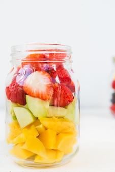 Saladas de frutas e bagas em frascos