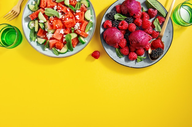 Saladas de verão com melancia e pepino, frutas e sorvete