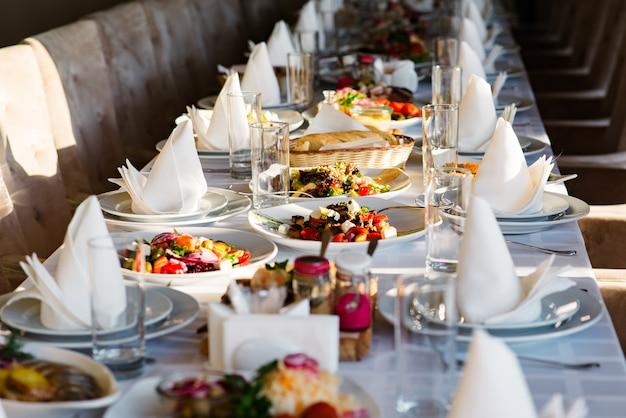Saladas diferentes servidas na mesa comemorativa.