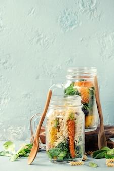 Saladas em frascos de pedreiro